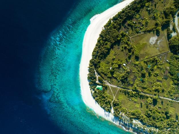 素晴らしいビーチに澄んだ青い海とジャングルを示すモルディブの空中ショット
