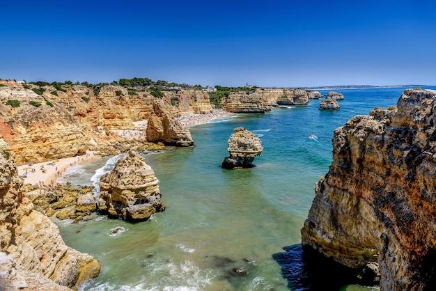 Аэрофотоснимок пляжа маринья в лагоа, португалия