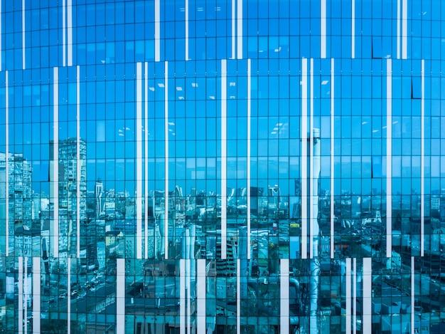 キエフの晴れた日の街並みを反映したモダンなオフィスビルの窓の空中ショット