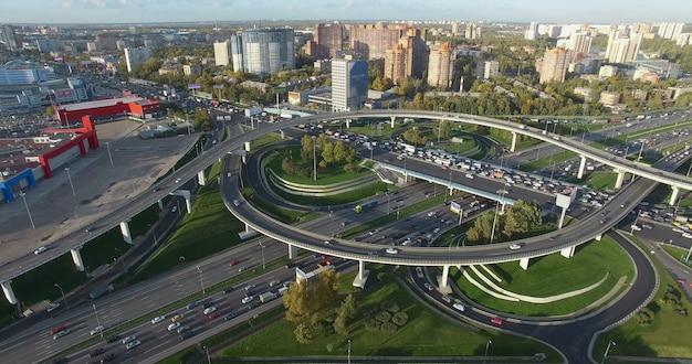 Аэрофотоснимок московского городского пейзажа с оживленными развязками россия
