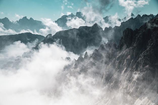 안개 속에서 산의 공중 탄