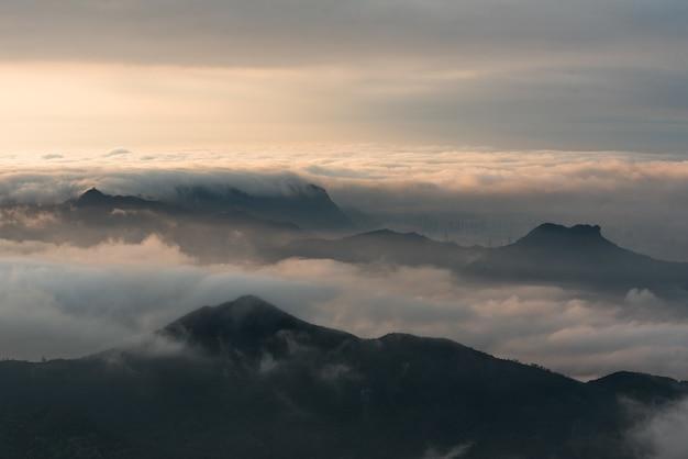 일몰 흐린 하늘 아래 산의 공중 탄