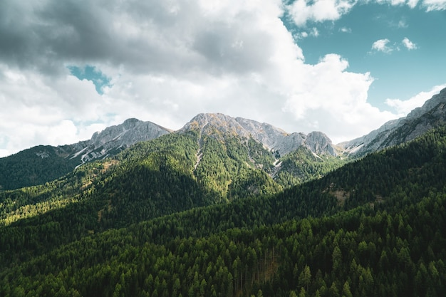 青い空と白い雲の下の山々の空中ショット