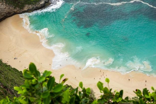 낮 동안 해변에서 바다 파도의 공중 탄