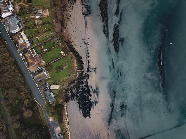 ドーセット州ウェイマスのサンドスフットビーチのエリアをドローンで撮影した空中写真