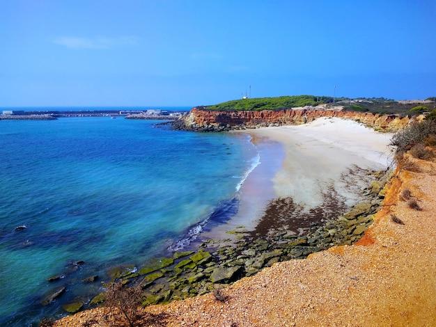 Аэрофотоснимок красивого пляжа в кадисе, испания.