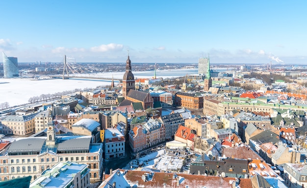 冬のラトビアの美しいリガの街の空中ショット
