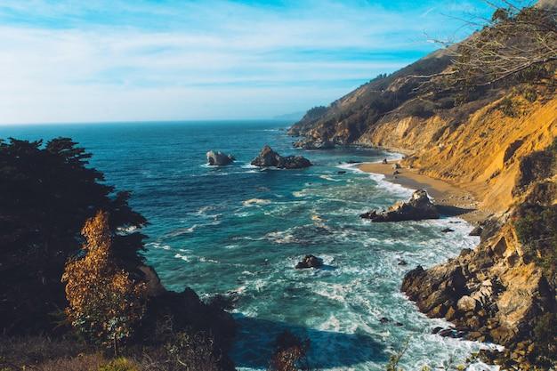 両側に岩の急な崖がある美しい海の空中ショット