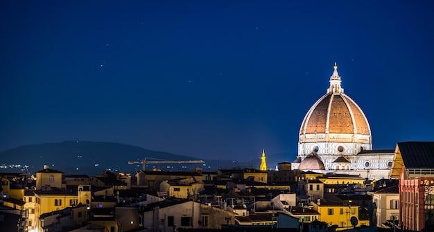 夜のサンタマリアデルフィオーレ大聖堂とフィレンツェ、イタリアの建物の空中ショット