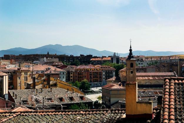 日中スペインのセゴビアの街の空中ショット
