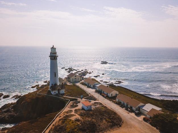 ピジョンポイント灯台とサンフランシスコの海岸の空中ショット