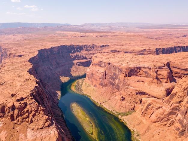 アメリカ合衆国、アリゾナ州のホースシューベンドのコロラド川の空中ショット