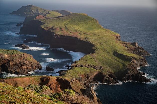대서양, 포르투갈의 한가운데에있는 섬 인 madiera 섬의 동쪽 끝의 공중 촬영