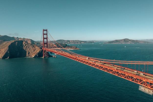 カリフォルニア州サンフランシスコのゴールデンゲートブリッジの空中ショット