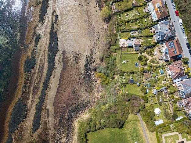 Аэрофотоснимок домов на пляже сэндсфут, уэймут, дорсет, великобритания