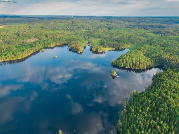 스웨덴의 놀라운 녹지로 둘러싸인 vanern 호수의 공중 촬영