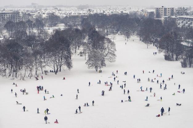 ドイツ、バイエルン州ミュンヘンの雪に覆われたトラックのあるルイトポルトパーク公園の空中ショット