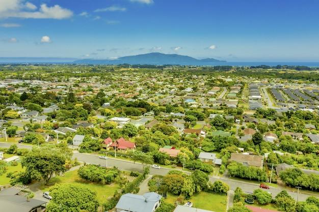 Снимок с воздуха завораживающего пейзажа городка вайканаэ в новой зеландии.