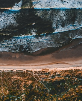 Аэрофотоснимок завораживающего вида на побережье в солнечный день
