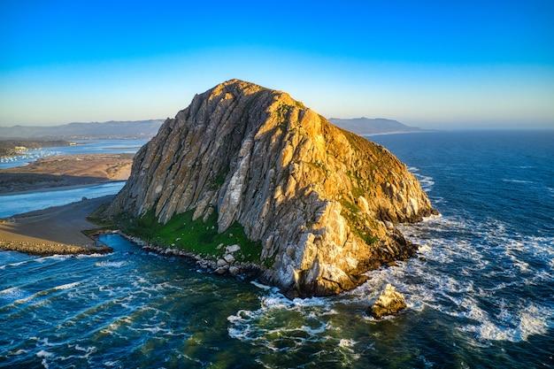 한낮에 캘리포니아에있는 morro rock의 공중 촬영