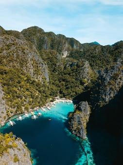 緑に覆われた美しい山々に囲まれた海の空中ショット