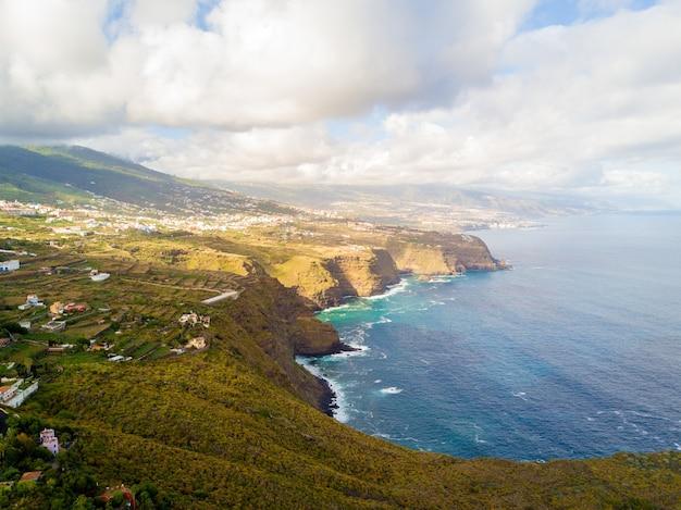 Аэрофотоснимок берега атлантического океана на острове тенерифе, испания