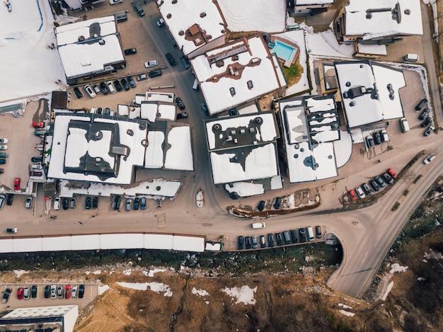 스키 리조트의 공중 촬영은 알프스에서 눈에 덮여