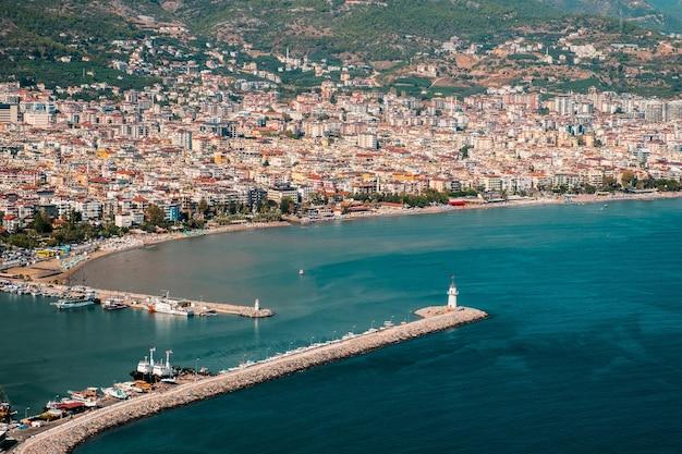 Аэрофотоснимок потрясающих жилых районов курортного города аланья и моря в солнечный день