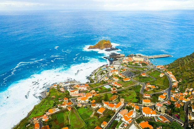 대서양을 볼 수있는 마데이라 섬 바다 근처 마을의 공중 촬영