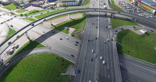大都市の交通交差点の空中ショット