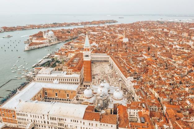 イタリアのヴェネツィアの空中ショット、美しい街並み
