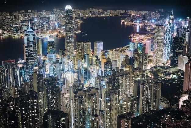 夜の香港のビクトリアハーバーの空中ショット
