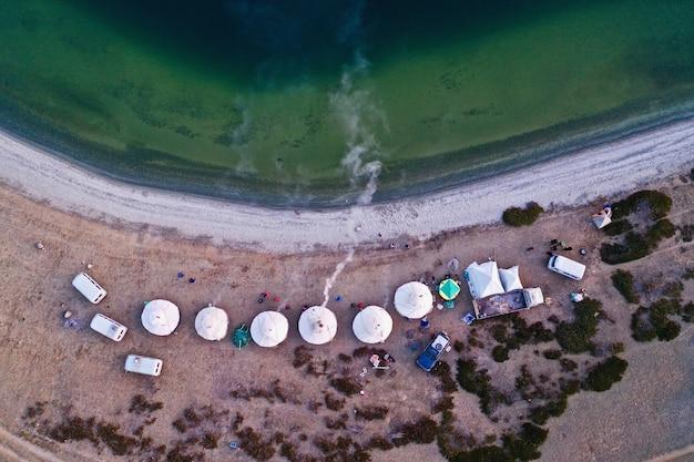 아름다운 해변에 있는 흰색 텐트의 항공샷