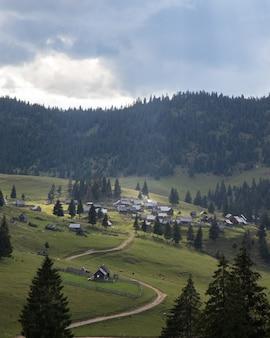 Ripresa aerea di un piccolo villaggio in un incredibile paesaggio di montagna in transilvania, romania