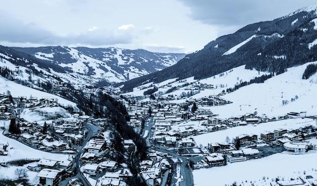 Ripresa aerea di una località di snowboard nella neve sotto la luce del sole