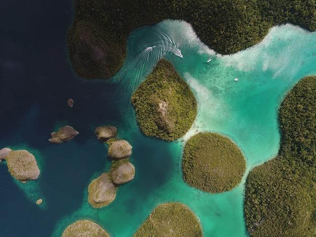 Riprese aeree delle isole wayag, raja ampat, papua occidentale, in indonesia