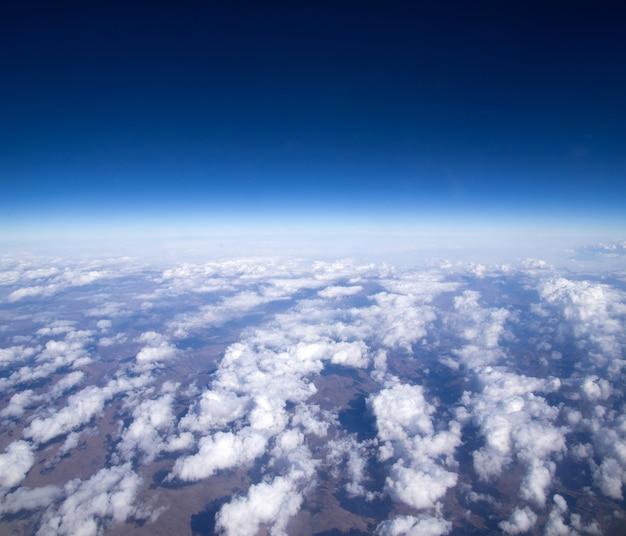 空中空と美しい美しい雲の背景