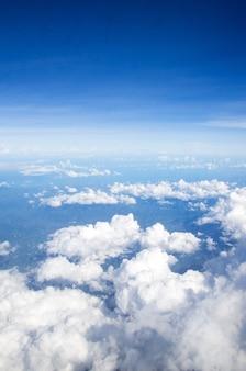 Воздушное небо и красивые красивые облака фон