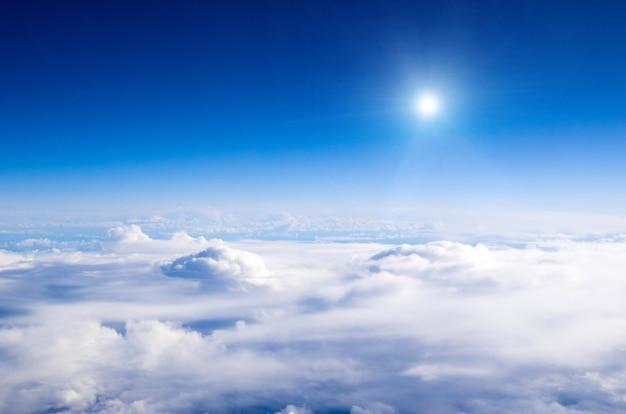 Воздушное небо и облака фон