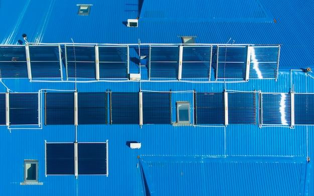 空中。青い屋根のソーラーパネル。ドローンからの上面図。
