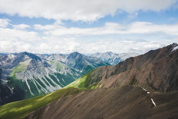 크고 아름다운 산에 대한 공중 장엄한 전망