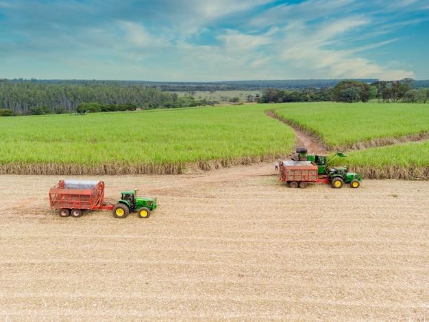 トラクターで曇り空のブラジルの空中サトウキビ畑