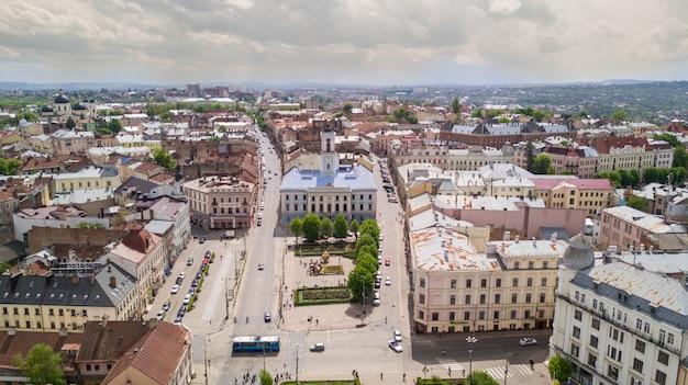 Vista aerea estiva della parte centrale della bellissima antica città ucraina di chernivtsi con le sue strade, i vecchi edifici residenziali, il municipio, le chiese ecc. bella città.