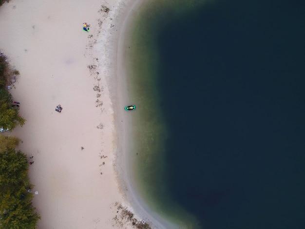 湖の空のビーチの空中夏の景色。ドローンの写真。