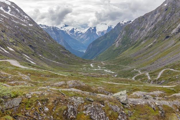 Летний вид с воздуха на горную дорогу в зеленой долине в норвегии