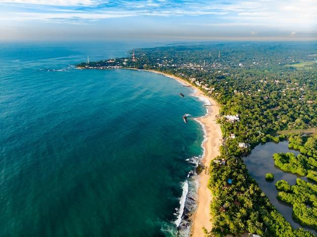 Воздушный пляж тангалле вид на шри-ланку сверху