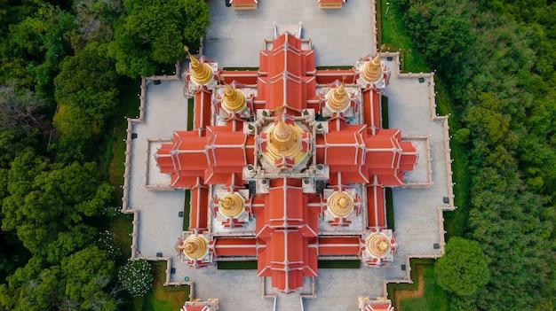 Крупный план с высоты птичьего полета с беспилотного летательного аппарата над пагодой храма ват пра махатхадчеди пакдепракад или храма тан сай в горном лесу, место назначения в банг сапхан, прачуап кхирикхан, таиланд