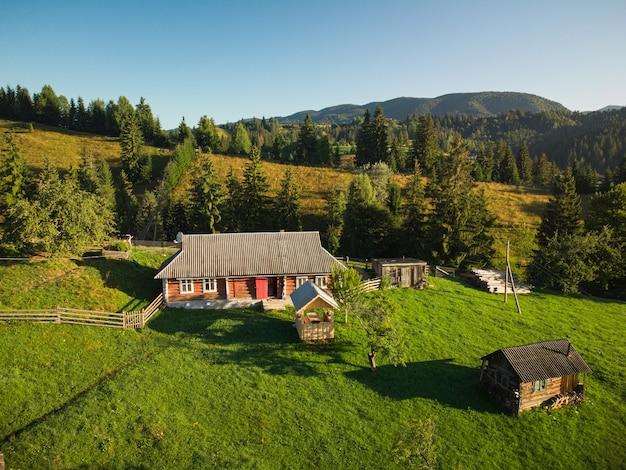 夏の日のカルパティア山脈の山の村の空中トップダウンビュー