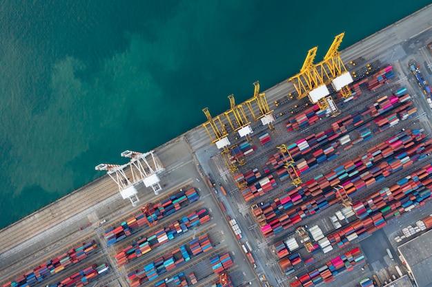 製品をロードするための大きなクレーンとチョンブリタイの産業商業港の空中トップダウンビュー。