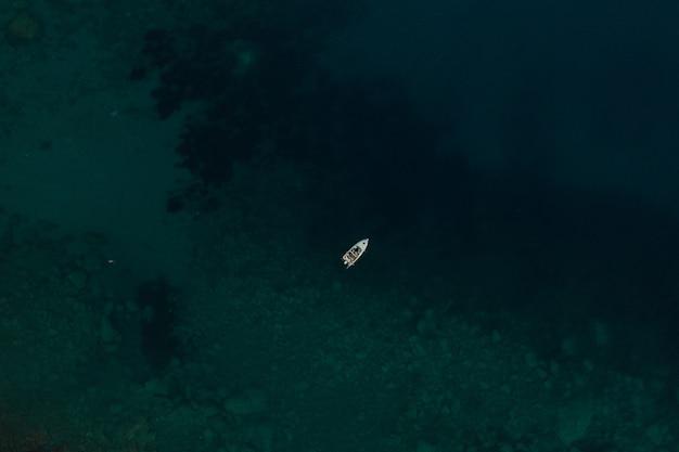 アルバニアのパノラマビューのヨット船ターコイズアドリア海の上の空中トップネイチャービュードローン